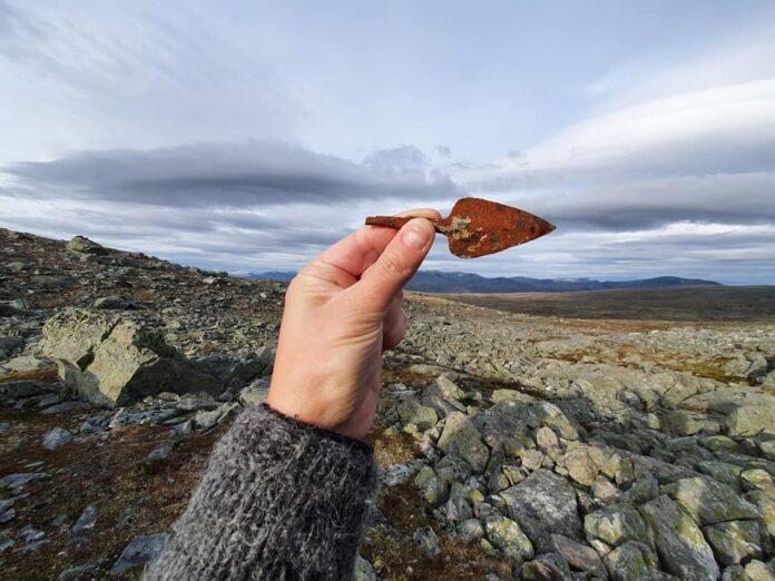 grot bełtu kuszy odkryty w lodowcu