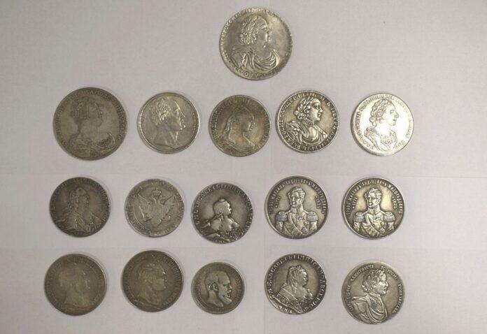 carskie srebrne monety przejęte przez celników