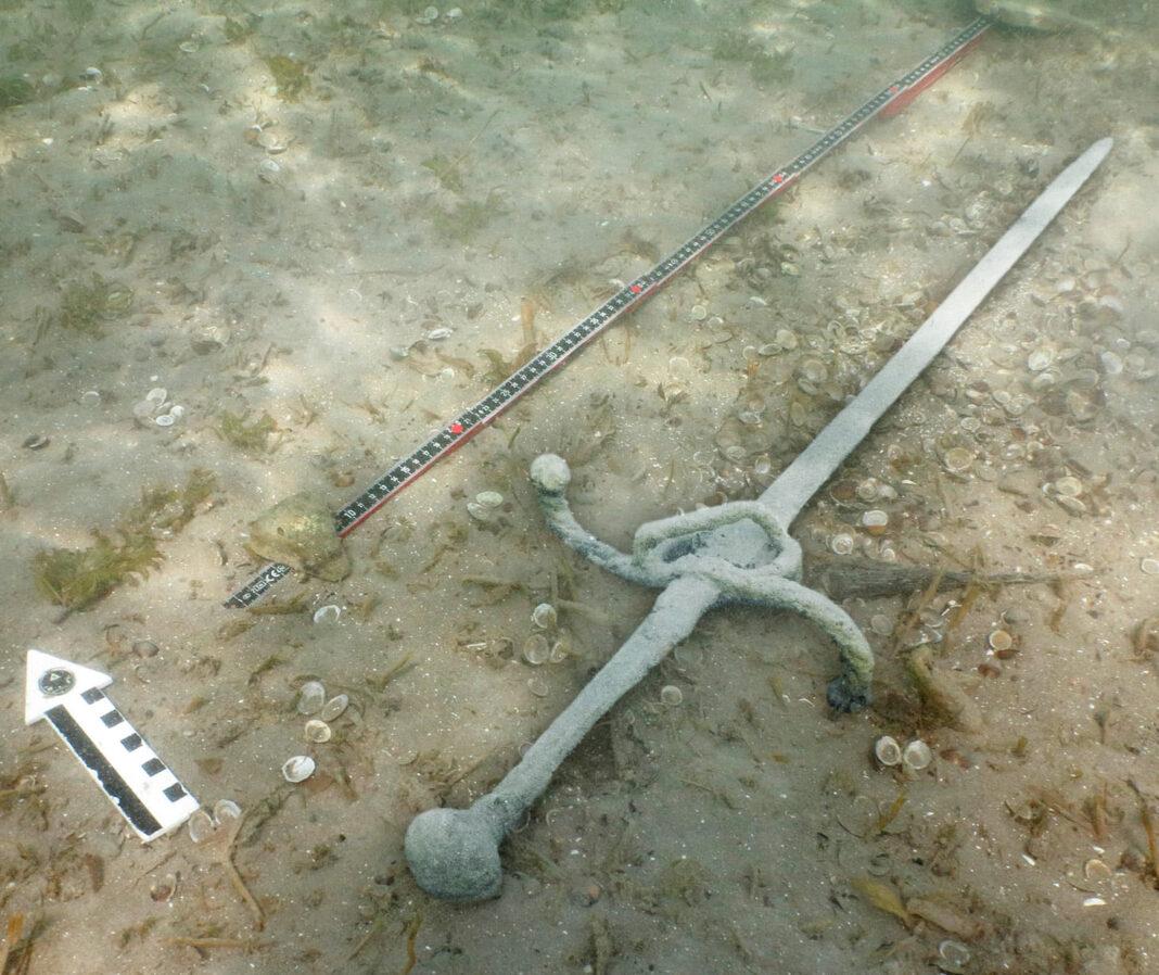 Miecz z XVI wieku odkryty na dnie jeziora przez kajakarza