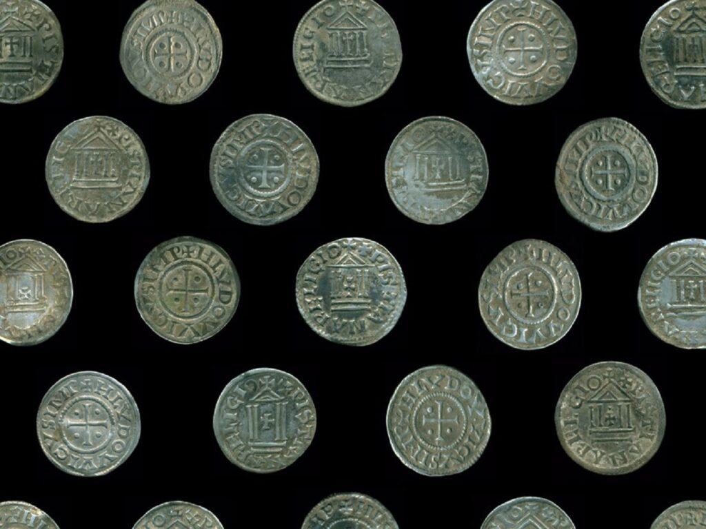 Średniowieczny skarb srebrnych monet karolińskich