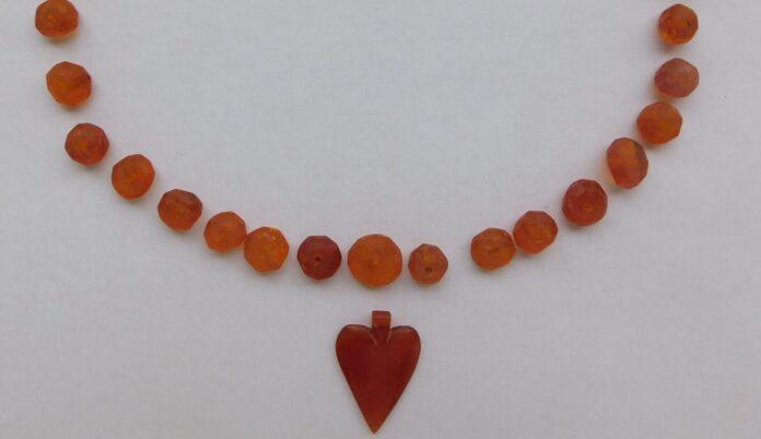 Wisiorek w kształcie serca wraz z naszyjnikiem wykonanym z bursztynu