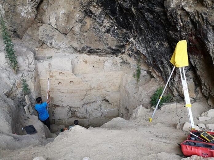 Polski geolog przy pracy w jaskini Sel'ungur w Kirgistanie