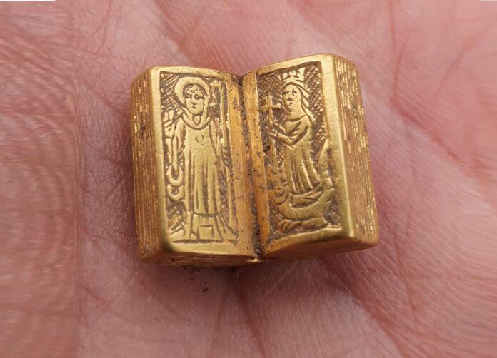 miniaturowa złota Biblia